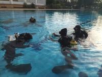 Alumnos en las prácticas de buceo en la piscinia del campus universitario de Rabanales