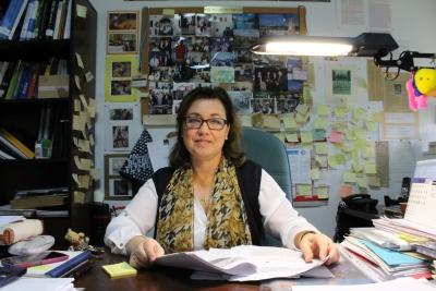 La catedrática de Física Aplicada Dolores Calzada, en su despacho