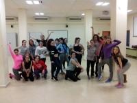 Miembros del Aula de Danza de la UCO en una de las sesiones del taller de Danza Jazz.
