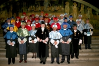 Los nuevos honoris, junto al rector, sus padrinos y autoridades académicas.