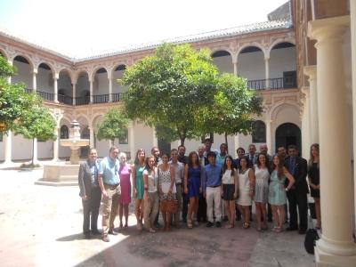 Alumnos y profesores, en el patio de Derecho  tras la ceremonia de clausura