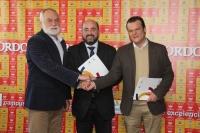 Manuel Torres, Miguel Gaona Reina y Antonio García del Moral se saludan tras la firma del acuerdo