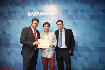 Enrique Palacios, coordinador de la Escuela,  y David Aparicio, de Tekpyme, entregan el diploma a uno de los alumnos participantes en el curso