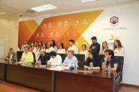 Los participantes (sentados) en la rueda de prensa, acompañados por los alumnos de la UCO y la UHU que han trabajado en esta actividad