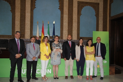 Foto de familia de participantes y autoridades asistentes a la jornada.
