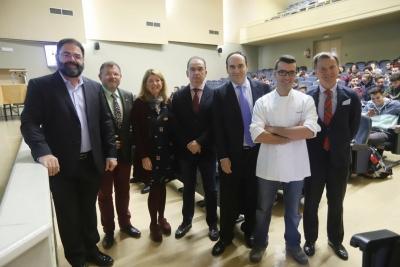 Foto de familia de autoridades al inicio de la inauguración de la jornada