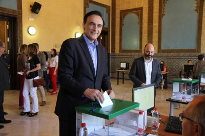 El candidato a rector, José Carlos Gómez Villamandos, en el momento de depositar su voto.
