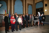 Premiados y autoridades académicas tras finalizar el acto