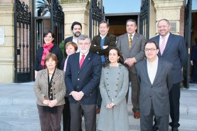 El rector, en el centro, junto a los mimebros del jurado, el vicerrector Manuel Torralbo y el teniente de alcalde José Joaquín Cuadra