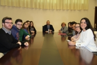 Al fondo el vicerrector de Estudiantes, Alfonso Zamorano, con Mª Carmen Fernández y el alumnado beneficiario de las becas.