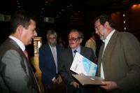 Barbacid, a su entrada al salón de actos del Rectorado. Con él, Justo Castaño, Francisco Pérez y Francisco Gracia