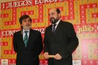 De izda. a dcha., Carlos González y Manuel Torres  posan ante los medios minutos antes de la firma del convenio