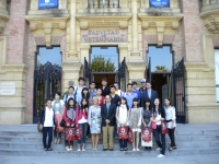 Los alumnos chinos ante la puerta del Rectorado