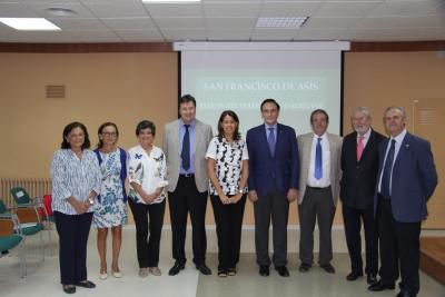 Foto de familia de autoridades y profesorado jubilado