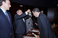 Enrique Aguilar recibe la medalla de académico