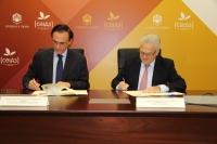 José Carlos Gómez Villamandos y Juan Cano Ruano en el momento de la firma del convenio