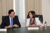 El rector, José Carlos Gómez Villamandos, y la consejera Sánchez Rubio  conversan minutos antes de la firma del acuerdo
