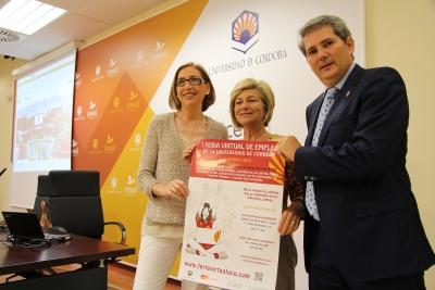 De izquierda a derecha, la vicerrectora de Estudiantes y Cultura, Carmen Blanco; Carmen Galán y Pedro Montero, presidenta y gerente de Fundecor, respectivamente, en la presentación de la Feria.