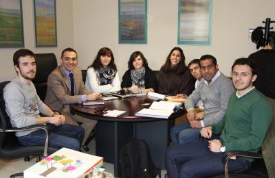 El vicerrector de Estudiantes, Alfonso Zamorano, con algunos de los beneficiarios de las becas