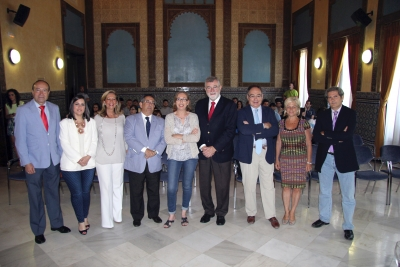 Foto de familia de autoridades asistentes al acto de entrega de becas