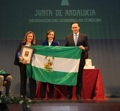 José Carlos Gómez Villamandos y María Rosal recogen el premio a la Unidad de Igualdad de manos de la consejera de Cultura de la Junta.