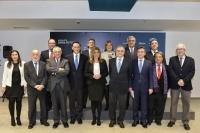 La presidenta Susana Díaz ( en el centro) con los rectores y otras autoridades de la Junta