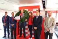 Antonio Cubero en el centro junto al rector ( segundo por la derecha) representantes del Santander y miembros de la comunidad universitaria