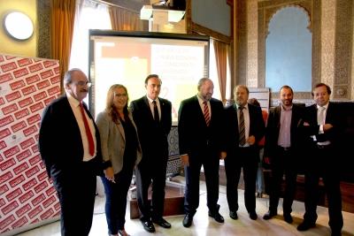 Foto de familia de las autoridades asistente al seminario
