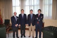 Rafael Blanco ( tercero por la izquierda) y miembros de su directiva  con el rector Jose Carlos Gómez ( segundo por la izq)