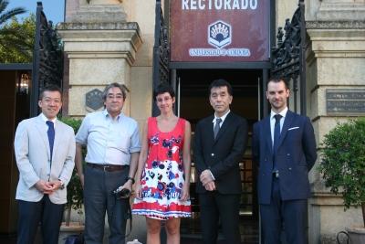 En el centro, la vicerrectora de Relaciones Internacionales de la UCO, Nuria Magaldi, con representantes de las universidades japonesas