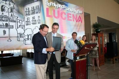 Jose Luis Bergillos ( izq.) recibe la placa de reconocimiento