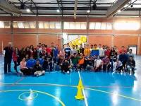 Foto de familia de participantes en el taller de floorball.