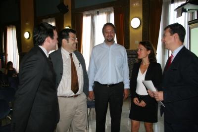 El vicerrector (derecha), junto al resto de ponentes