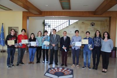 Autoridades, premiados y familiares tras la entrega de premios