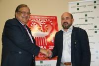 Eduardo Herrera y Manuel Torres se saludan minutos antes de la firma del acuerdo