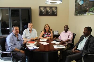 En el centro, la vicerrectora Julieta Mérdia, flanqueada por los responsables de postgrado de la UCO y la delegación nigerina.