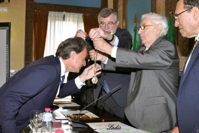Rafael Jordano recibe la medalla de académico