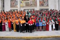 Foto de los alumnos graduados acompañados del rector de la UCO y la decana de Ciencias del Trabajo