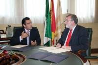 Ángel María Arévalo y el rector conversan minutos antes de la firma del convenio