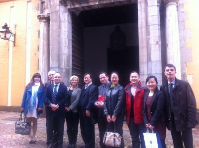 Los visitantes junto a directivos de Relaciones Internacionales  a la salida de la Facultad de Filosofía
