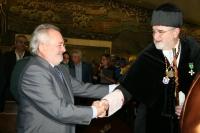 Saludo entre el alcalde de Córdoba, Andrés Ocaña, y el rector