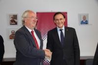 De izquierda a derecha, Mariano Barroso y José Carlos Gómez Villamandos, tras la firma del acuerdo