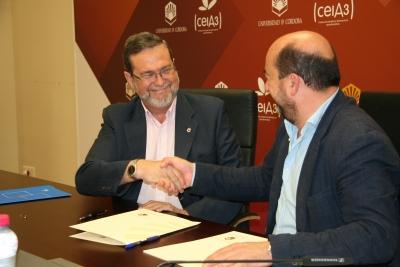 Francisco Gracia ( izq) y Manuel Torres rubrican la firma del convenio