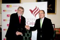 El rector, José Manuel Roldán, y el presidente de la Fundación CajaSur, José Carlos Pla, estrechan sus manos tras la firma del convenio