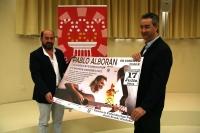 Manuel Torres y Antonio Caño posan con el cartel anunciador del concierto