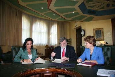 Mª Dolores Jiménez y José Manuel Roldán firman el acuerdo ante la mirada de la secretaria general de la UCO, Julia Angulo