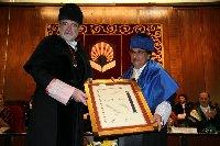 El ex-rector Eugenio Domínguez recibe la medalla de oro de la Universidad de Córdoba de manos del rector José Manuel Roldán Nogueras