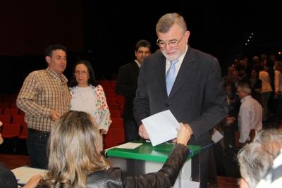 El rector, José Manuel Roldán, en el momento de ejercer su derecho al voto