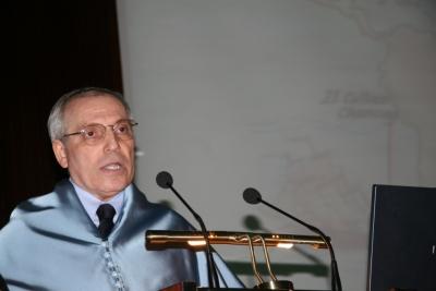 El profesor García-Abasolo durante la lectura de la lección inaugural