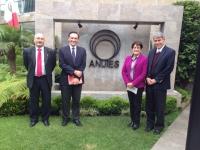 Isaac Tunez y Jose Carlos Gómez Villamandos ( primero y segundo por la izquierda) con miembros de Anuies